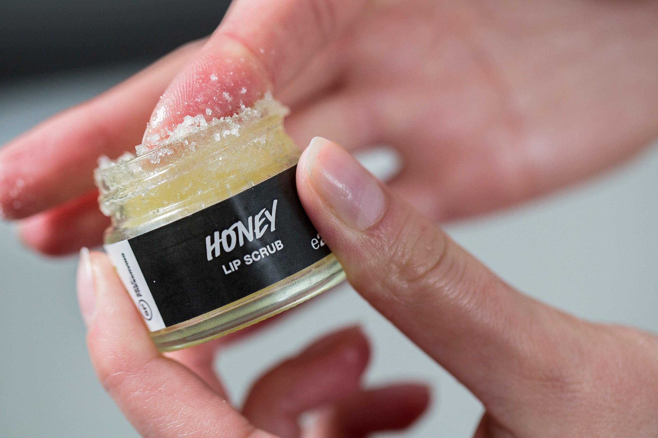 Tẩy Da Chết Môi Lush Honey Sugar 25g